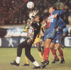 Bernard Lama semble peiner à s'emparer du ballon, sous les yeux de Ricardo