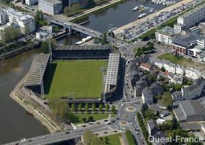 Le stade Marcel-Saupin avant sa réhabilitation (remplacement des trois tribunes à gauche de la photo pas des bureaux et des logements)
