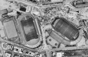 Vue aérienne du Stade Jean-Bouin en 1970. Notez la desctruction en cours de l'ancien Par des Princes...