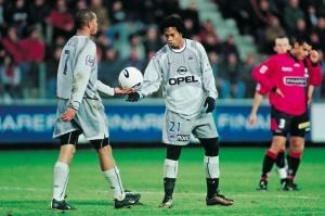 Ronaldinho prend la balle...