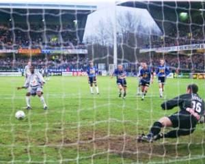 Le but d'Okocha sur penalty (Ch. Gavelle)