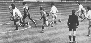 François M'Pelé s'enfonce dans la défense doubiste mais ne parviendra pas à marquer...