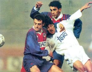 Alain Roche et Ricardo à la lutte avec Zamorano (D. Fevre)