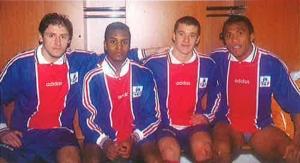 A la fin du match, Jean-Philippe Séchet et Antoine Kombouaré posent dans les vestiaires avec les jeunes Didier Domi et Pierre Ducrocq