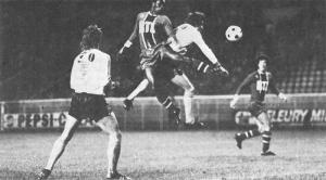 François M'Pelé au duel avec Ousman, sous les yeux de Mustapha Dahleb et de Rio