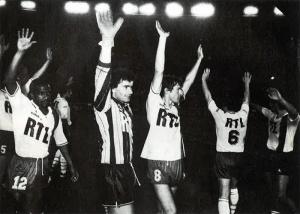 Robert jacques, Joël Bats, Luis Fernandez et leurs coéquipiers saluent le public du Parc (T. Besnier)