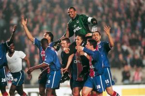 Le portier parisien porté en triomphe par ses coéquipiers...