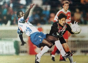 Matrisciano intervient devant George Weah (HAC Foot Archives)
