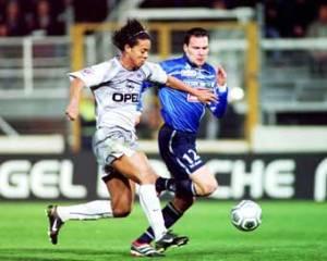 Ronaldinho à la lutte avec un bastiais (Ch. Gavelle)