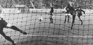 Le penalty transformé par François M'Pelé ne suffira pas et Paris s'inclinera sur sa pelouse...