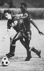 François M'Pelé prend le dessus sur un défenseur rémois