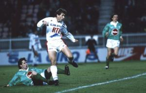 Safet Susic évite un tacle