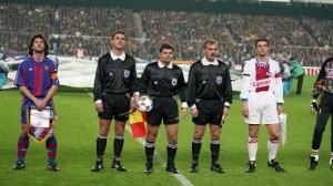 Les deux capitaines et le trio arbitral avant le match