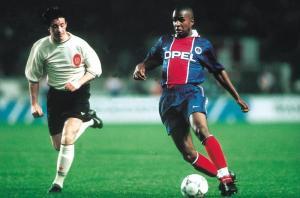Didier Domi tente de passer Fowler
