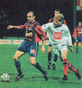 Igor Yanovski convoite la balle que contrôle Daury