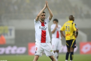 Pedro Pauleta salue les supporters parisiens