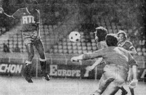 Tête de François M'Pelé, sous les yeux de Jean-Pierre Dogiani (R. Legros)