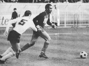 Jacques Laposte balle au pied