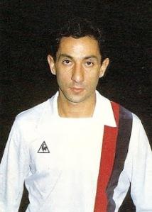 Oswaldo Ardiles posant avant le match