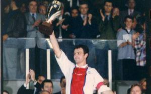 Remise de la coupe au capitaine parisien Alain Roche