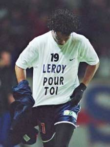 L'hommage de Ronaldinho à Laurent Leroy, blessé, après le but du 2-1