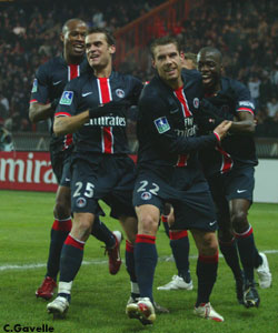 Les parisiens célebrant l'ouverture du score de Sylvain Armand