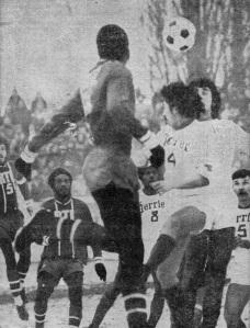 François M'Pelé à la lutte avec la défense corbeilloise, sous les yeux de Jacky Laposte et d'Humberto
