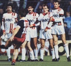 Coup franc de Susic lors de la victoire en octobre 1983