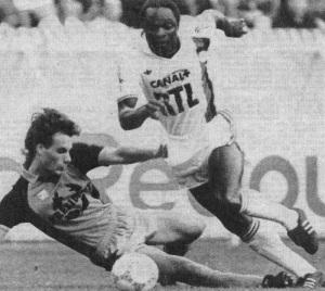 Jules Bocandé échappe au tacle du lavallois Stéfanini