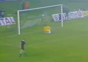 ... que transforme Vahid Halilodzic. Mais le but est refusé, des joueurs ayant pénétré dans la surface avant le tir.