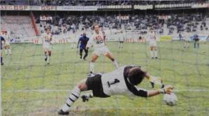 Le penalty victorieux de Gabriel Calderon... pour l'honneur