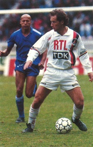 Gabriel Calderon balle au pied devant Ben Mabrouk...