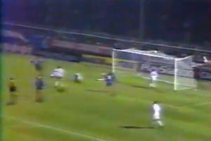 Dernière minute de jeu, juste après l'expulsion d'Eric Rabésandratana, Raï catapulte le ballon sous la transversale!