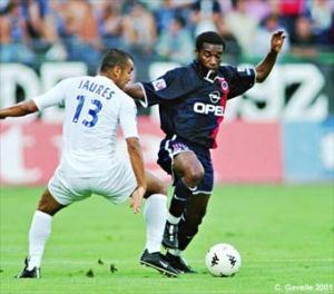 Augustine Okocha efface Jaures