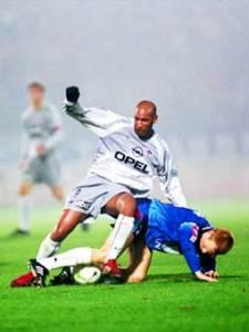 Nicolas Anelka à la lutte pour le ballon