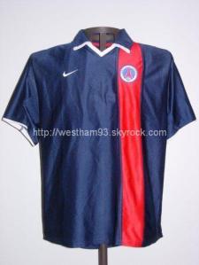 Le maillot de la saison précédente, sans sponsor, utilisé ce jour là (collection West Ham 93)