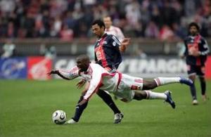 Edouard Cissé victime d'une tentative de tacle du front