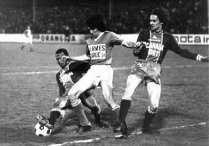 Jean-Pierre Bade et Eric Renaut tentent d'arrêter le paraguayen du Red Star Gonzales (Amicale Red Star 2000, collection P. Laporte)