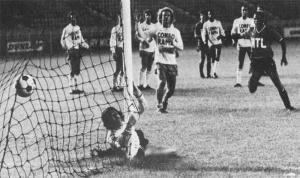 But de Mustapha Dahleb sur coup franc. Fra,çois M'Pelé accompagne le ballon du regard...