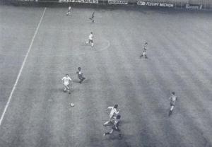 Contre-attaque corse: Papi balle au pied, démarrage de Giordani, poursuivi par Bauda, alors que Éric Renaut couvre... (Corse Football)