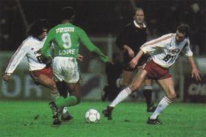 Dominique Rocheteau et Luis Fernandez combinent, sous les yeux d'un Stéphanois impuissant et de Monsieur Vautrot...