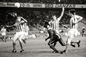 Jules Bocandé au milieu des défenseurs tchèques