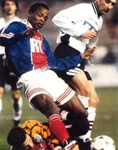 Dely Valdes à la lutte avec la défense angevine en 1996