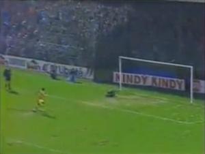 Le tir du jeune Makélélé vient de passer au-dessus de la transversale des buts défendus par Bernard Lama: Le PSG est le 1er vainqueur du Trophée des Champions!