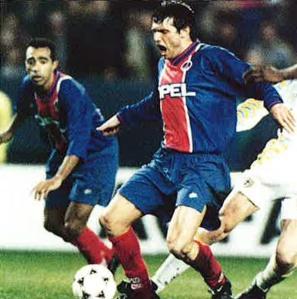Laurent Fournier fauché sous les yeux de Patrice Loko: penalty pour les locaux!