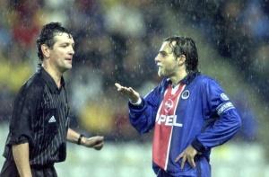 Marco Simone tente d'exposer son point de vue à l'arbitre du match...