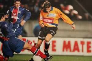 Éric Rabesandratan à la lutte avec Née sous les yeux de Pierre Ducroq (Corse Football)