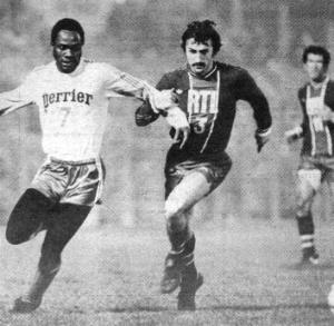 Philippe Col à la lutte avec l'ancien parisien M'Pelé (archives MK)