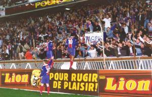 Raï, Leonardo et Cyril Pouget célèbrent un but avec les supporters
