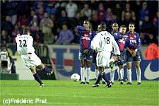 Le superbe coup-franc de Pauleta, qui achèvera le PSG un peu plus tard d'un lob depuis le rond central! (Ch. Gavelle)